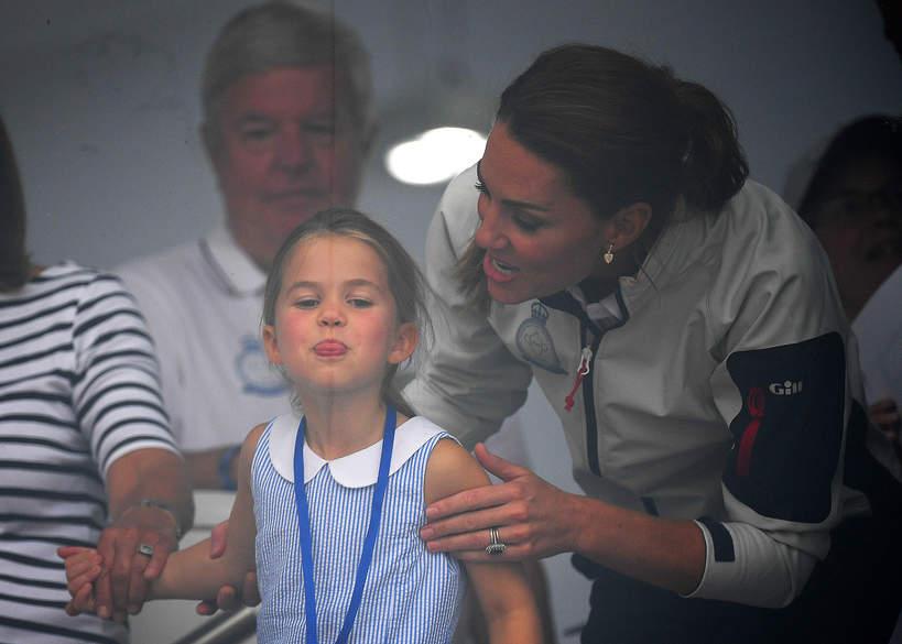 księżniczka Charlotte pokazała język
