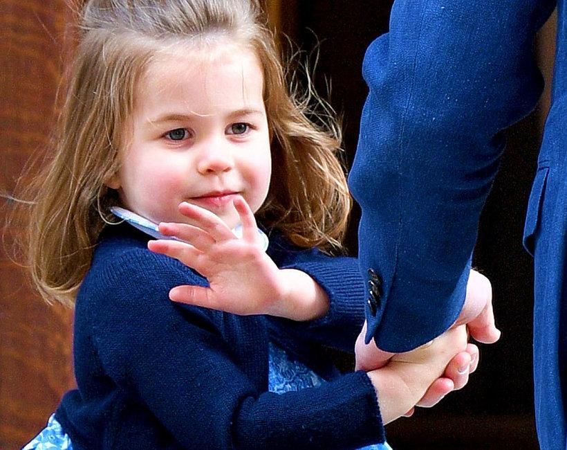 Księżniczka Charlotte w niebieskiej sukience macha fotografom