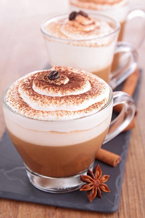 kuchania, kawa z cynamonem i bitą śmietaną