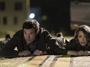 """(L-R) JASON BATEMAN as Max and RACHEL McADAMS as Annie in New Line Cinema's action comedy """"GAME NIGHT,"""" a Warner Bros. Pictures release."""