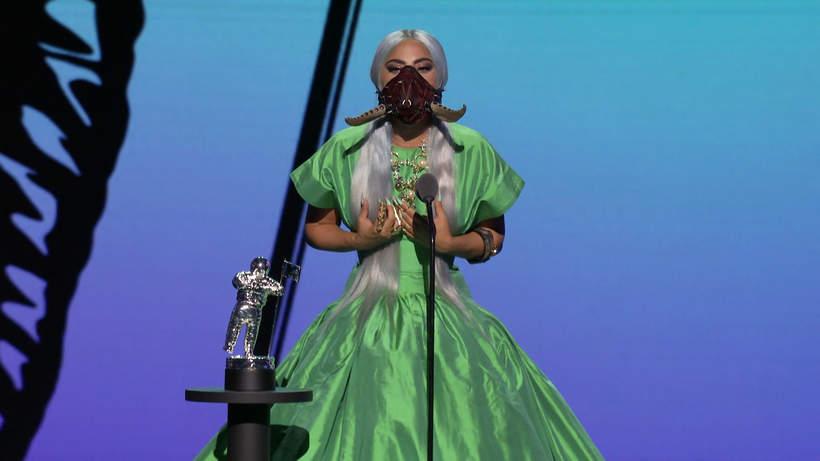 Lady-Gaga-2020-stylizacja-zielona-suknia
