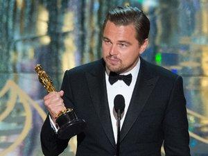 Leonardo DiCaprio w czarnym garniturze