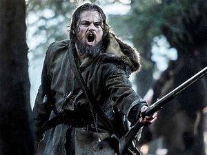Leonardo DiCaprio z muszkietem i zdziwiony niedźwiedź grizzly