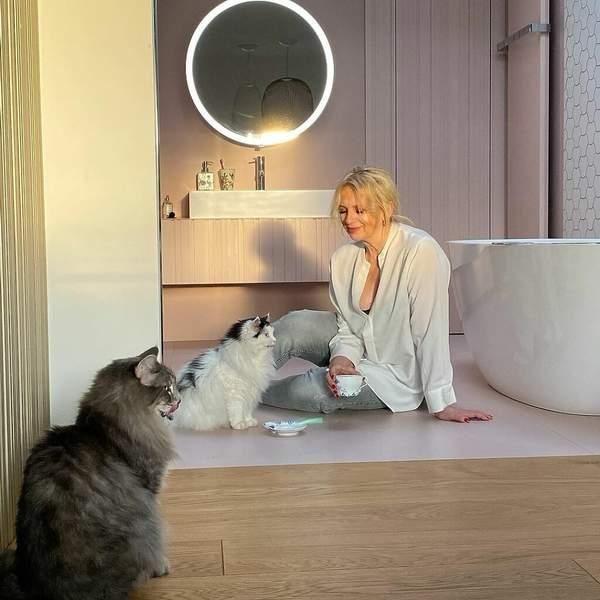 Lustro i koty Marzeny Rogalskiej w łazience
