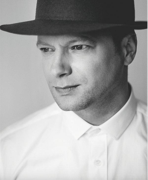 Maciej Stuhr w kapeluszu