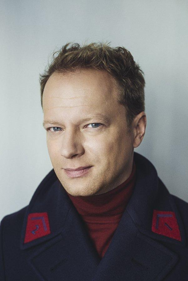 Maciej Stuhr w płaszczu na sesji dla
