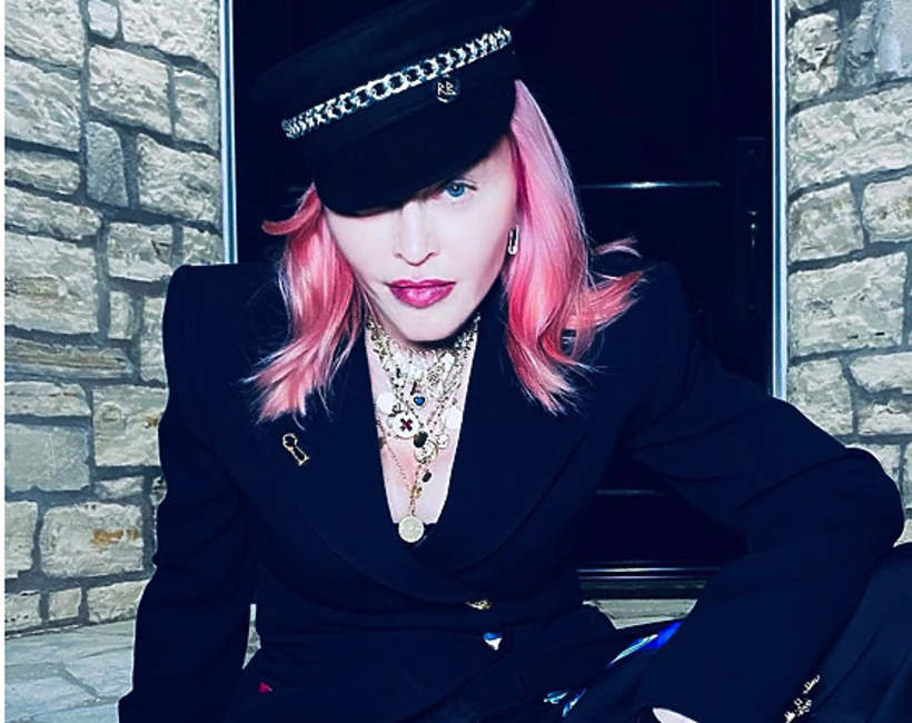Madonna-pokazala-cialo-cake-w-siniakach2020