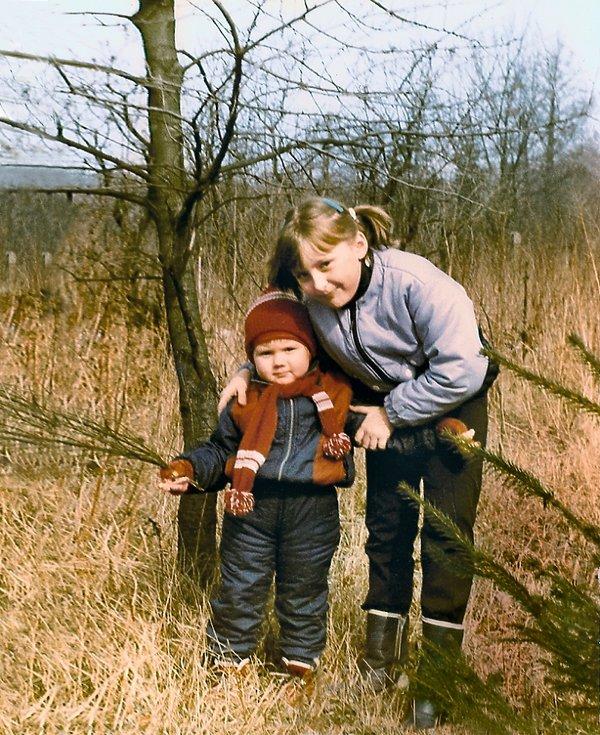 Mała Marta ze starszą siostrą Moniką w 1988