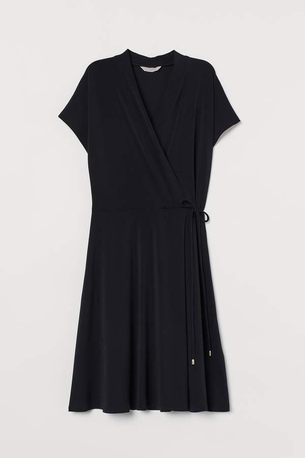 malgorzata-kozuchowska-w-klasycznej-czarnej-sukience-kopertowej-podobna-kupisz-w-hm-za-79-zl