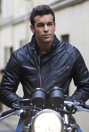 Mario Casas na motocyklu