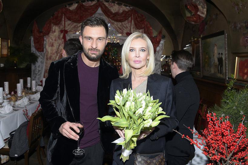 Mateusz Hładki i Karolina Szostak z bukietem kwiatów