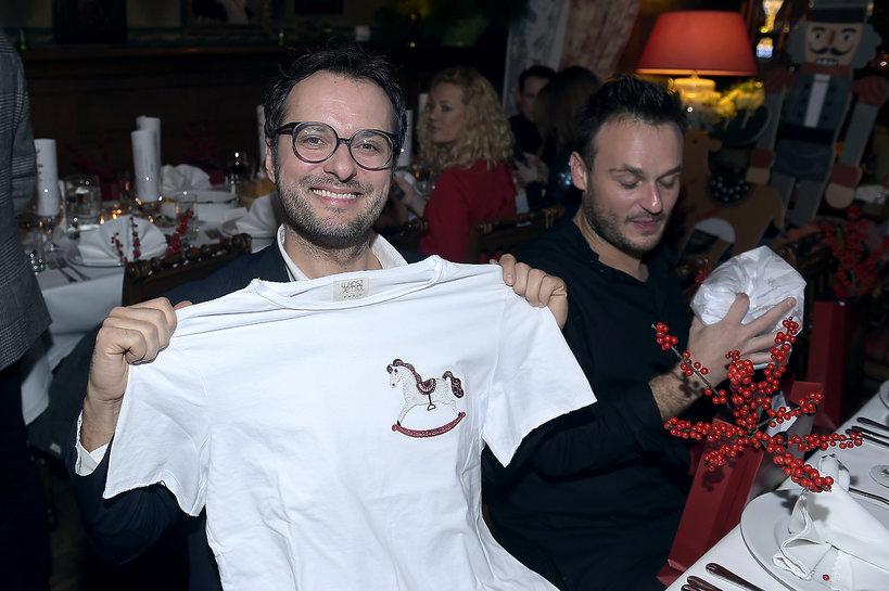 Mateusz Motyczyński pokazuje białą koszulkę