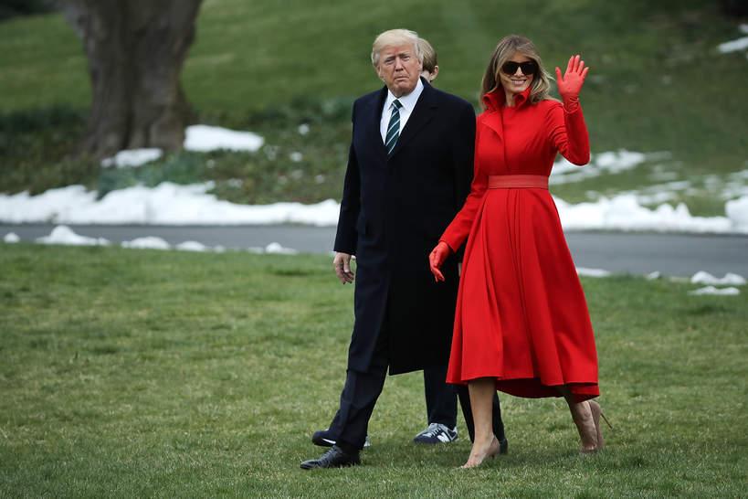 Melania Trump w czerwonym kostiumie, spódnica czerwona