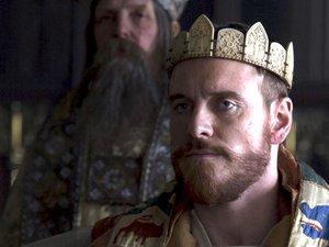 Michael Fassbender w koronie w roli króla Dunkana Makbeta