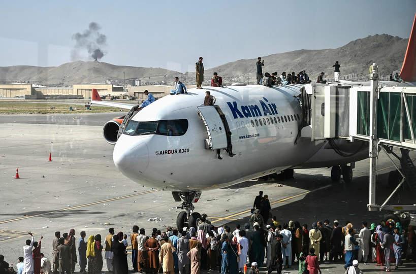 Mieszkańcy Kabulu na lotnisku po przejęciu władzy przez talibów