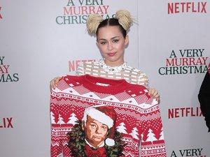 Miley Cyrus trzyma świąteczny sweter