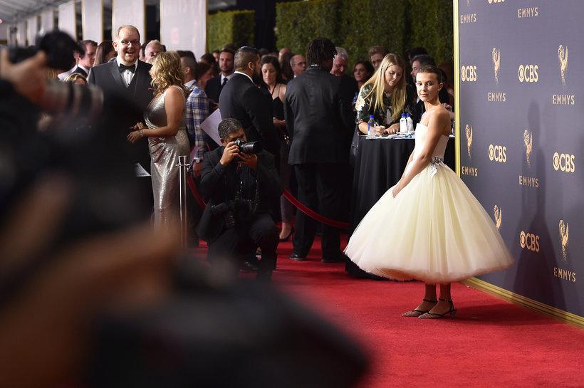 """Millie Bobby Brown, gwiazda """"Stranger Things"""". na czerwonym dywanie, w białej sukni"""