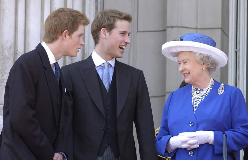 Młodzi książę Harry i książę William z Elżbietą II