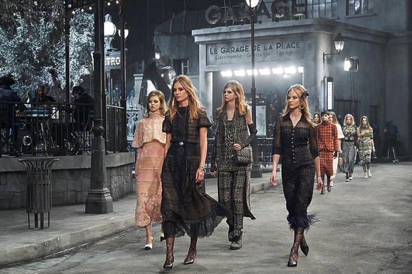 Modelki na wybiegu Chanel Metiers d'Arts