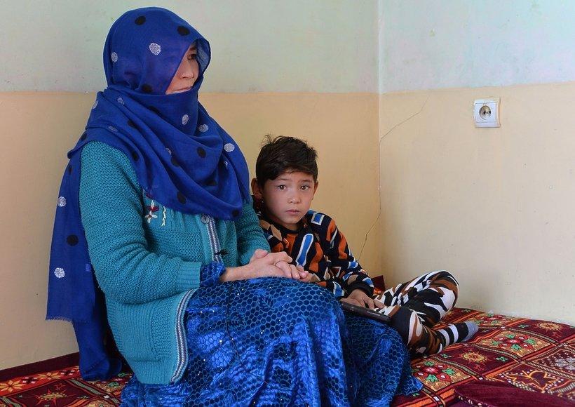 Murtaza Ahmadi z mamą, fan Messiego
