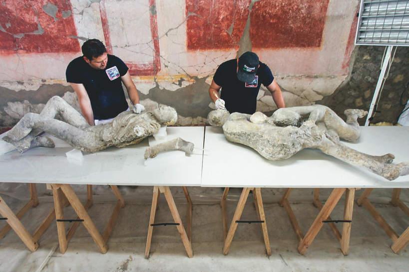 Naukowcy badają ciała znalezione na terenie Pompejów
