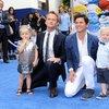 """Neil Patrick Harris i David Burtka z synami Gildenem  i Harrisem Harperem na premierze filmu """"Smerfy 2"""" w Los Angeles"""