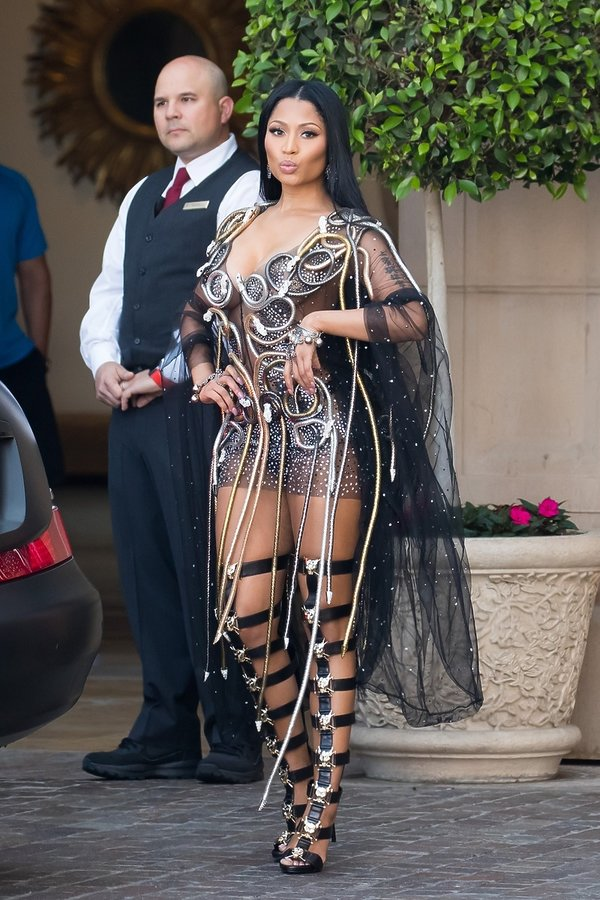 Nicki Minaj w sukience Charbel Zoe i butach od Phillipa Plein