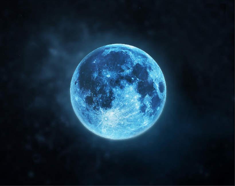 Niebieski ksiezyc na niebie w Halloween 2020