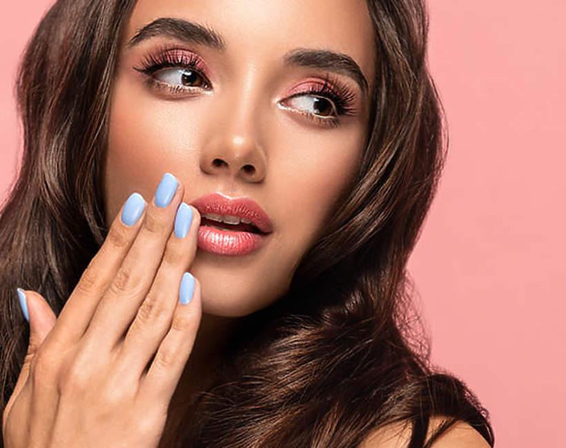 niebieski manicure na wakacje 2021