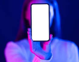 Wpatrywanie się w telefon ma zgubny wpływ na wygląd twojej cery!