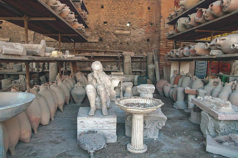 Odnalezione naczynia i człowiek w Pompejach