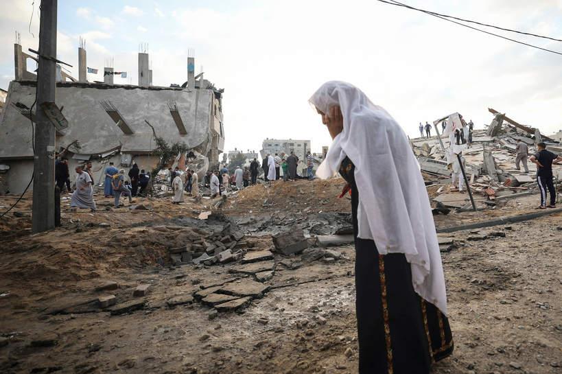 Palestyńska kobieta na ruinach domu