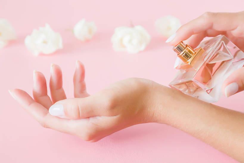 perfumy z białymi kwiatami na randkę