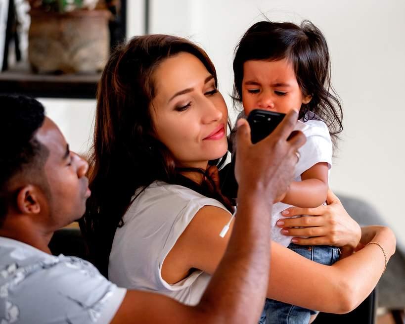 płaczące dziecko, telefon, media społecznościowe