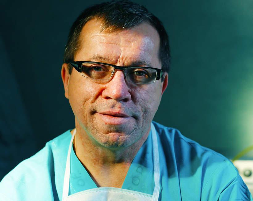 Profesor Mirosław Ząbek, neurochirurg
