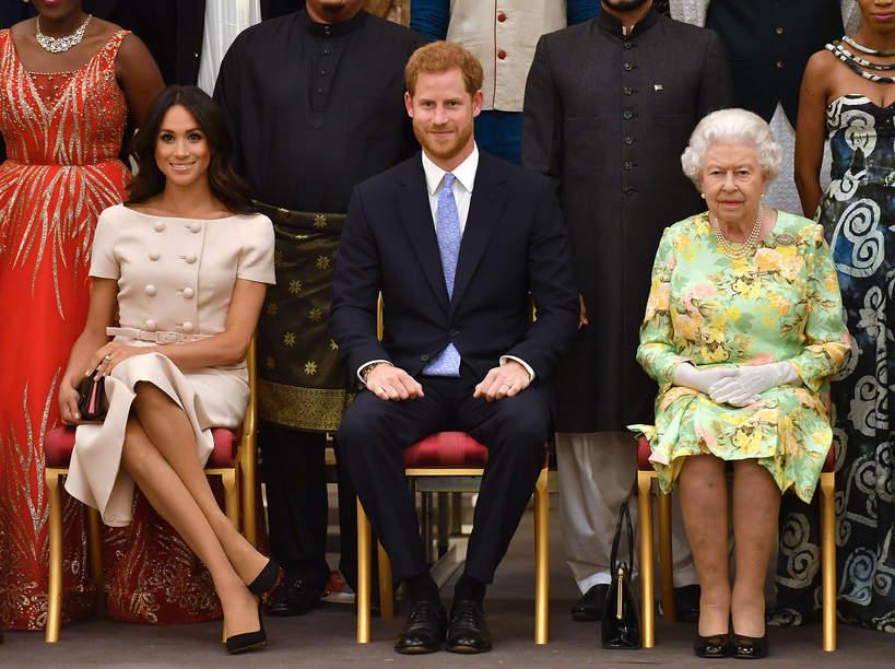 Protokół królewski Meghan skrzyżowane nogi