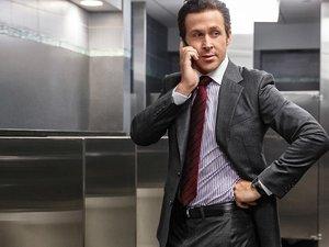 Ryan Gosling w garniturze dzwoni przez telefon