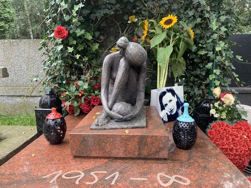 rzeźba na grobie Kory, autorstwa Moniki Osieckiej