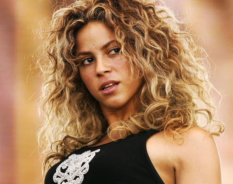 Shakira 2021 kręcone włosy