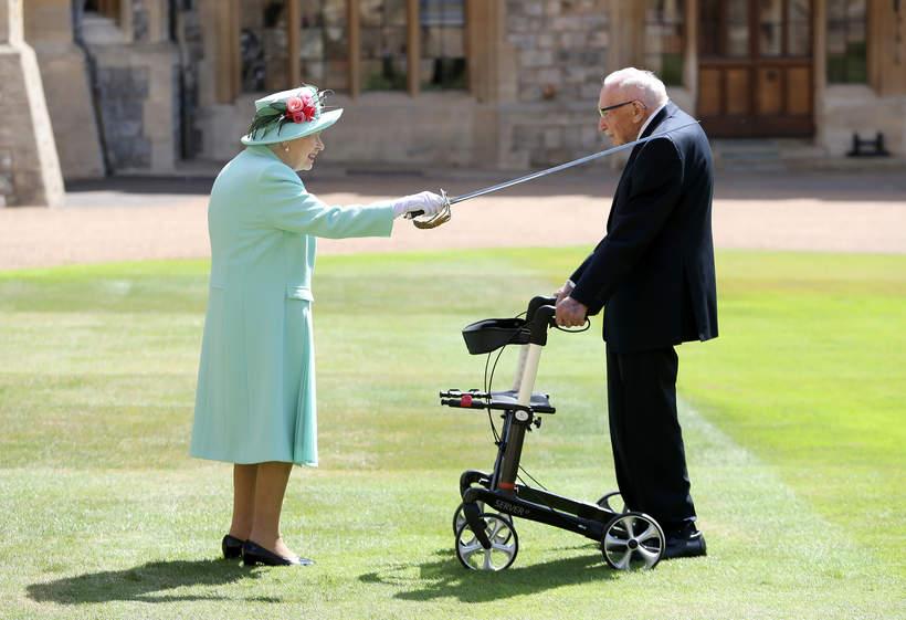 Sir Tom Moore, królowa Elżbieta II