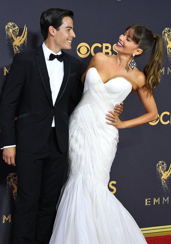 Sofia Vergara w białej sukni z synem na Emmy