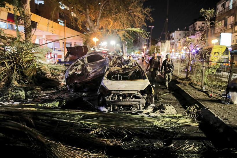 Spalony samochód po ataku rakietowym w Tel Awiwie