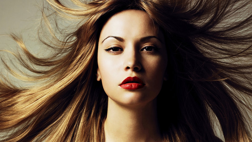 sposoby na puszące się włosy