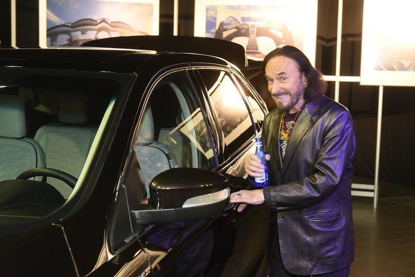 Stan Borys z samochodem Ford i butelką Cisowianki