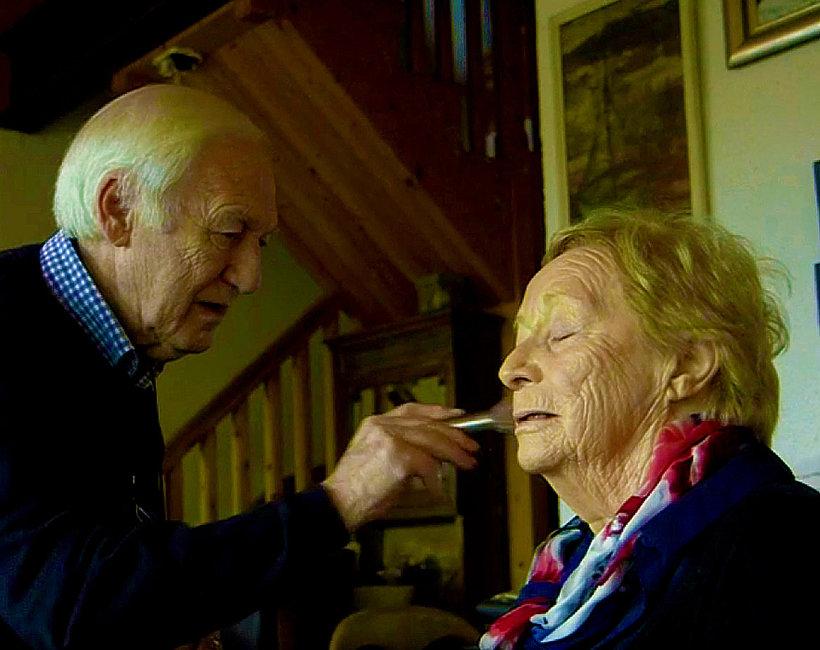 Staruszkowie, Des i Mona, Des robi makijaż żonie, która traci wzrok