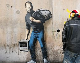 """Banksy znów wywołał emocje. Tym razem """"wykorzystał"""" Steve'a Jobsa, syna syryjskiego uchodźcy"""