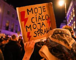Zamieszki podczas Strajku Kobiet w Warszawie. Policja otoczyła protestujących i użyła gazu