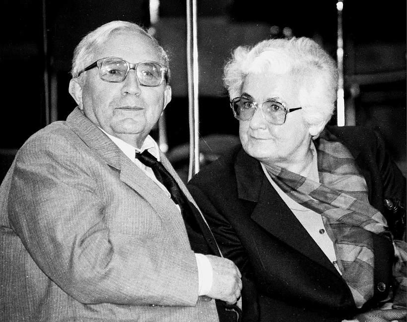 tadeusz Różewicz z żoną jamnik