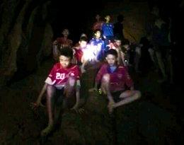 Kim jest trener, który został uwięziony z chłopcami w jaskini?