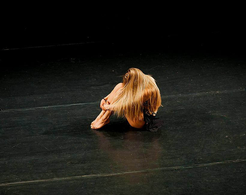 Teatr, molestowanie, dziewczyna smutna z teatru